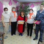 «Серебряные» волонтеры ГАУ СО КЦСОН Пугачевского района совместно с представителями Росгвардии посетили мать сотрудника, погибшего при исполнении обязанностей