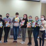 Пугачевские школьники изготовили своими руками открытки ветеранам
