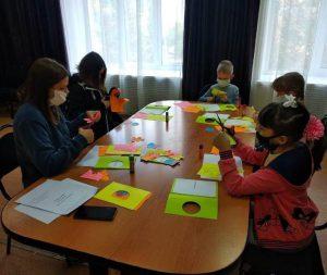 В КЦСОН Пугачевского района прошел мастер-класс по изготовлению поздравительных открыток ко Дню Учителя